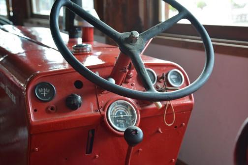 機種名:インタートラクタ 形式・仕様:B414型 42馬力 製造社・国:インターナショナルハーベスター社 米国 使用経過:1970(昭和45)年、上富良野の多胡正二郎氏が導入。その後、菅原富男氏が中古で入手した。性能が良く、長持ちすることから、全道で広く使われた。 現在でも多くが作業に使用されている。