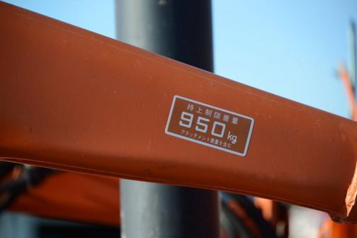 持上げ制限重量950kg(アタッチメント重量を含む)アタッチメントがどのくらいの重さあるのかわかりませんが、きっとリミッターが働くわけではなくて、制限を超えて持上げるのは可能は可能なのでしょうね・・・