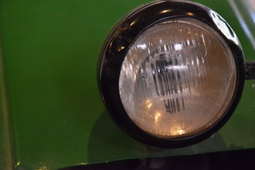 ランツブルドックトラクタ 1955年(昭和30) ランツ社製(ドイツ) D-2416型 24馬力 1956年(昭和31)清里町 白戸雄策 導入 使用経過不明。 後年に野坂が入手、当時活躍していたことで自家保存のもの。 ランツ社とジョンディア社の業務提携時代の製品。  同型は3年間に道内に11台導入された。 LANZ BULLDOG TRACTOR YEAR: 1955(Showa 30) Manufacturer: Lanz(Germany)  In 1956(Showa 31)  this tractor was purchased dy Yuusaku Shirato of Kiyosato-machi. There is no record on hand of how the tractor was used at the time. After some years it came in to the hands of Mr. Nosaka, Who used it for spme time and then continued to preserve its condition at his home. This is one of the tractors that were a collaboration of the Lanz and John Deere companies.  Duaring the 3 years production of this model, 11 were purchased in Hokkaido.