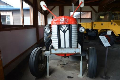 今日は、北海道上富良野町にあるスガノ農機の『「土の館」 土と犂の博物館』で見た、マッセイファーガソントラクター、MF65(多分マーク2・・・50.5馬力)「撮りトラ」です。