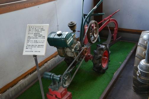 北海道上富良野町にあるスガノ農機の『「土の館」 土と犂の博物館』で見た、何だかすごく売れたという小さな耕耘機、メリーティラーB型「撮りトラ」です。