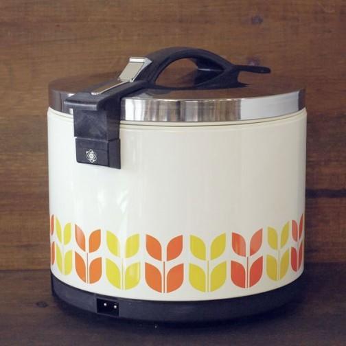 それから電子ジャー。これはおひつの代わりなんでしょうか? 保温だけで炊飯はできなかったのでしょうか? 詳細はわかりませんが、70年代の家電で持ち手の部分に電子マークのようなものが見えますね!