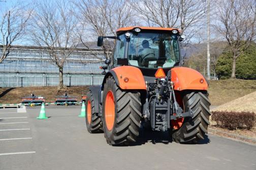 クボタM7131・・・tractordata.comによれば、M7131のエンジンはV6108 4気筒6.1Lディーゼル130馬力。この場所では柵があって中に入れないので、前からの写真がありません。