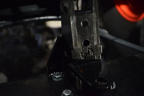 おもりを吊り下げる付け根にも歯車マーク。