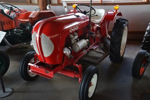 機種名:ヰセキトラクタ 形式・仕様:TB-17型 16.5馬力 822cc 製造社・国:井関農機㈱ 日本 導入年度:1965(昭和40)年 使用経過:小型トラクタが一般農家に急激に普及する。 プラウ耕やロータリでの砕土作業、モーアの牧草刈りなど畜力から機械化に大きく進んで行った頃のもの。 途中で入手、経過は不明。 現在も使用できます。