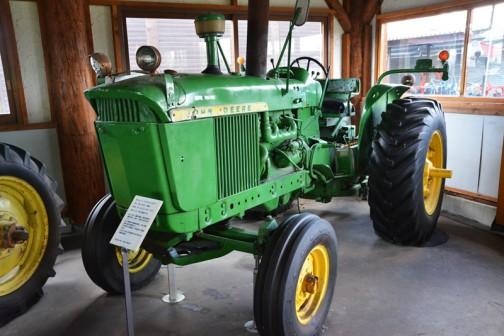 tractordata.comによればJD3010は1961年から1963年にかけてアイオワのウォータールもしくはメキシコの工場で作られ、エンジンは4気筒4.2Lディーゼル61馬力/2200rpm。LPガスエンジンのラインナップもあったそうです。
