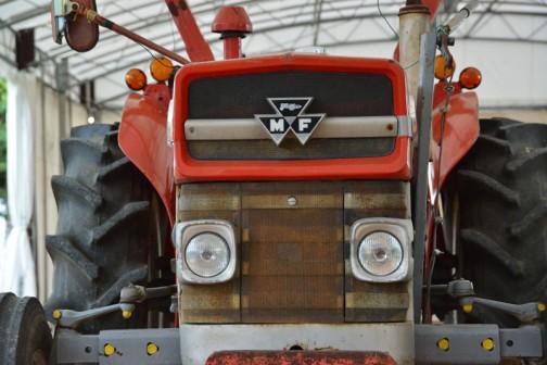 tractordata.comによればこのモデルは1964年〜1975年まで作られたロングセラーで、エンジンはパーキンスAD3.152、3気筒2.5L45馬力1300rpmだそうです。