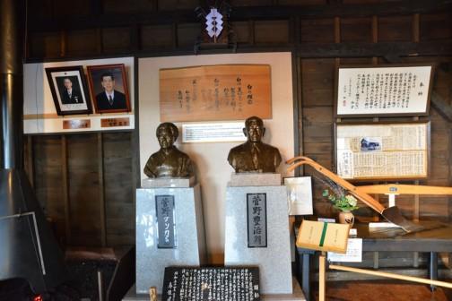 その展示の横には銅像。初代の社長と奥さんでしょうか。なんとなく神様の領域のようになっています。