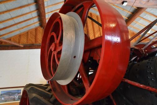 蒸気トラクタ 1902年(明治35)ジョージホワイト社製(カナダ) 25馬力 自重9tn 燃料は石炭・薪 主な用途 牽引作業機や製材・脱穀などの動力 マクブライド農場(3,000ha)導入当時の(2650カナダドルは小型飛行機が買えた値段)30年間使用して後に資産家アーニーが観賞用に庭に置きスクラップ同然に腐食したものを、ビルワトソン兄弟が完全修復。1996年(平成8)三谷が入手自家保存中、2001年(平成13)北海道トラクタ営農50周年を契機に土の館に寄贈された。  George_White_Steam_Tractor  STEAM TRACTOR YEAR : 1902(meiji 37)  Manufacturer: George White (Canada) Output: 25ps Weight:9 Tons Fuel:Coal/Wood Primarily used to pull pieces of farm equipment and materials to work sites.  Purchased by the McBride farm (3000ha) for 2,650 Canadian Dollers (approximately the same price as a small plane at the time). It was used for 30 years and then procured by Mr. Arnee for display in his garden where it basically rusted away to scrap. After that the Bilwatoson brothers acquired the tractor for his personal collection. In 2001 (Heisei 13), duaring the 50th annversary of Hkkaido tractor use, Mr. Mtani contributed the tractor to the Tuchi No Kan.