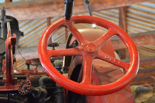 100年前の蒸気トラクタ 1902年(明治35)ジョージホワイト&サン社製・カナダ 25馬力 自重9トン 燃料は石炭、薪 価格:2650カナダドル・・・当時の小型飛行機が買える値段。 マクブライド農場(3,000ha)で30年間使用。のちにアーニーが観賞用に所有し、1973年ワトソン兄弟が完全復元。1996年三谷耕一牧場(北海道由仁町)取得していたものを、2001年、土の館に寄贈された。