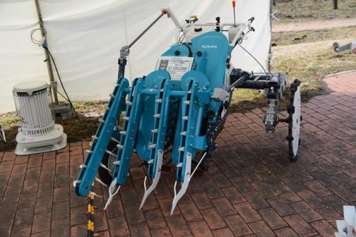クボタ歩行型たまねぎ収穫機 ボニータ(露地) OH-4 タマネギのための機械、近所では見かけません。