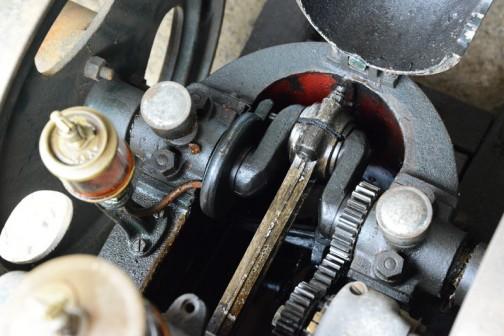 キタガワの発動機。ナショナル号と比べるとコンロッドに溝がないことがわかります。この発動機のメタルの潤滑は「偶然オイルがかかる」感じでなされていたのかな?