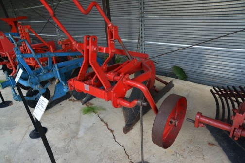 深耕用ボトムプラウ・・・これがディスクプラウから移行するというボトムプラウなんですね。