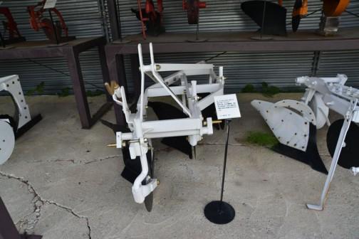 品名:ボトムプラウ Fポイント 形式・仕様:TF12×3 製造社・国:スガノ農機 日本 導入使用経過:1967(昭和42)年製、刃先だけ交換できるようにした。