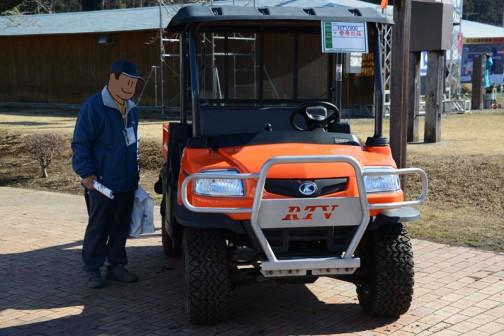 クボタRTV900。参考出品なので値段はわかりません。よく考えると軽トラなんだけど、圧倒的にカッコイイ。このおじさんはかなり興味ありそう。軽トラ、各社大きな違いは見られないけど、今バモスホンダみたいなの出したら結構売れると思うんだけどなあ・・・