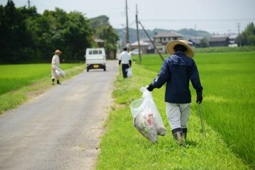 ゴミ拾い。農村環境保全活動の中の「景観保全・生活環境保全」施設等の定期的な巡回点検・清掃ってヤツです。