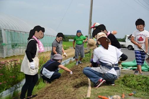 掘った穴に球根を突っ込むのがおもしろいらしく、子供達は大騒ぎ。