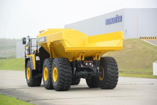 コマツアーティキュレートダンプトラックHM400-5 SAA6D140E-7 15.24L 6気筒コモンレール式直噴ターボディーゼルエンジン 466馬力/2000rpm 40トン積み。