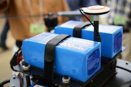 バッテリーはマジックテープでバリバリッとつけ外しする感じ。