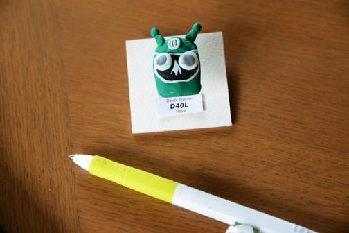 写真用のマットのあまりを切って底の台紙にします。それに落ちていたブラインドリベットを使ってピン留め風に浮かせて取り付け。