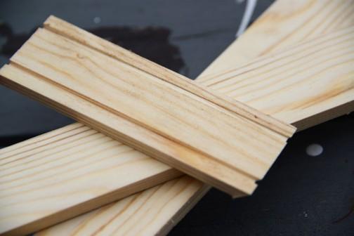 底板とフタの入る溝を切ります。これを寸法に切り出しておきます。