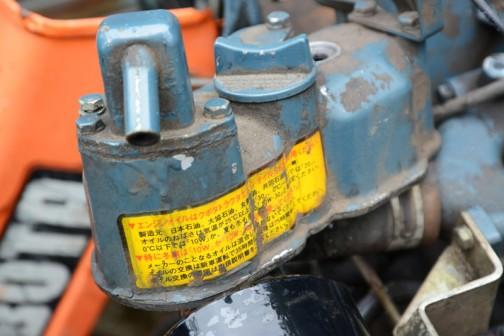 そのヘッドカバー。エンジンオイルはクボタトラクタエンジンオイルSSをご使用ください・・・と書いてあります。