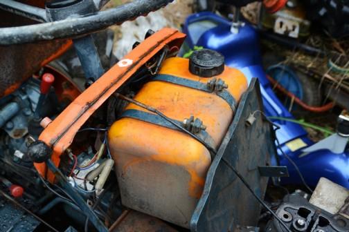 燃料タンクです。燃料タンクまでオレンジ!見えないところに気を使っています。オシャレ!