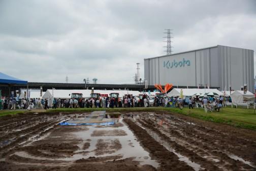 前日の雨でグチャグチャの圃場?のこんな片隅です。来場者は全員こちらに背を向けてる。