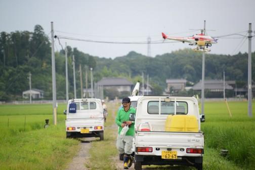 ヘリコプターだけで仕事ができるわけではなく、地上の補給部隊も必要。その補給部隊の頭上をAYH-3が通り過ぎていきます。