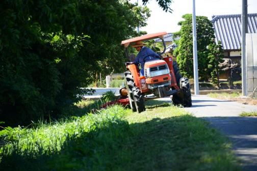 足場の悪い法面を人力で刈る作業をできるだけ減らそうと用水路の法面を中心に刈っていきます。