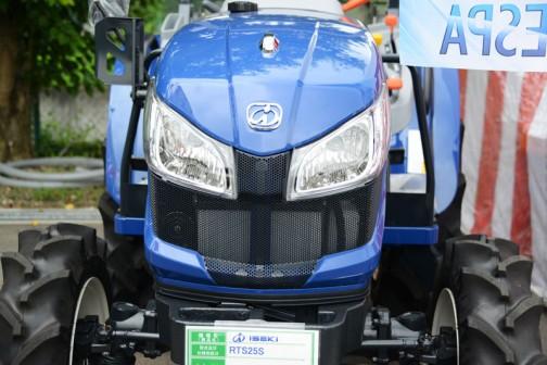 イセキRTS25S 価格は¥2,300,400だそうです。見た目だとこんなに青くありません。どうしてこんなに暗い色にするんだろう・・・というくらい。