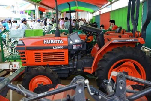tractordata.comによるとL2500は1998年〜2000年 3気筒1.4Lディーゼルエンジン27馬力だそうです。