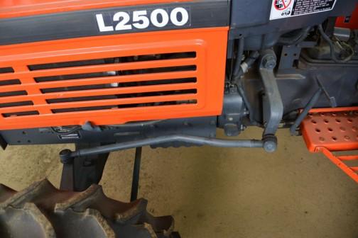 何だかオレンジが少ないなあ・・・と思ったのですが、よく見たら操舵のリンクの部分、パネルが取り付くようになっています。ここはきっとオレンジのパネルが入るんだろうな。