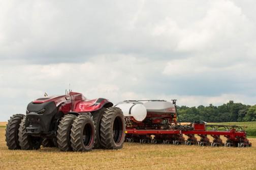 動画では小麦を刈るコンバインと並走する小麦を受け取って運ぶニューホランド。そして収穫の終わった畑を何をやっているのかわからないけど、同じく走るマグナム君が映っていました。