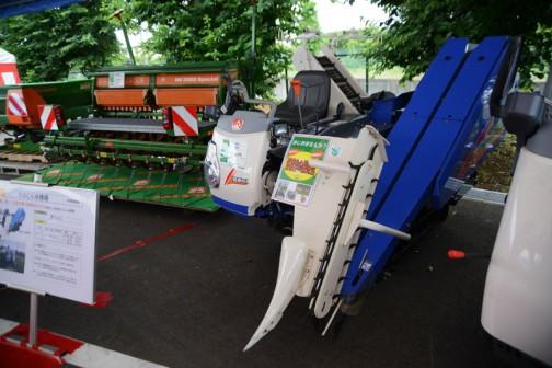 こちらはオマケ。スカイブルーのにんじん収穫機 VHC1120R 価格3,380,400 8.8馬力2気筒ディーゼル