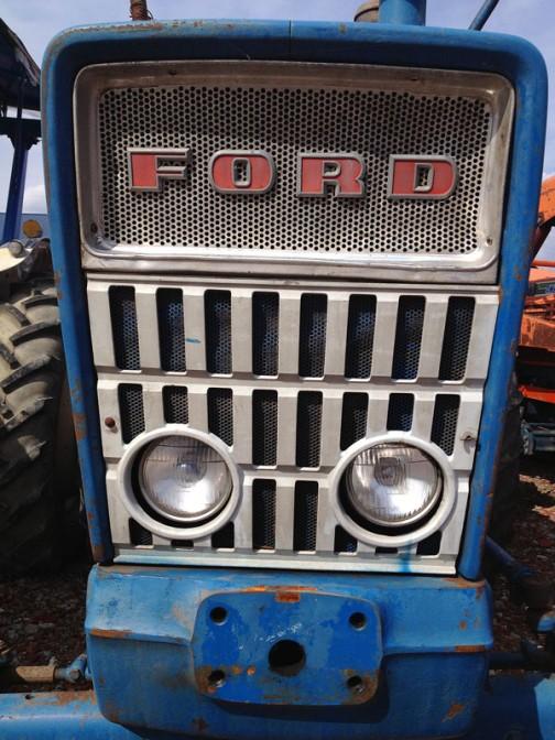 こちらはFORD5000。FORD5000はtractordata.comによれば1965年 - 1976年製。ディーゼルであれば3.8リッター4気筒ディーゼル69馬力。顔はオリジナルじゃないでしょうか・・・とてもきれいに残っています。