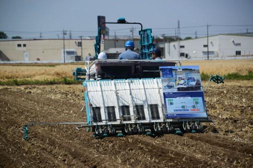 直進キープ機能付田植機 FarmPilot-GS 直線キープ機能 ○新規就農者や雇用した未熟練者でも、簡単にまっすぐな田植えができる。 ○直進走行に集中する必要がなくなるから疲れにくい。 ○マーカー線が見づらい圃場でも田植えができるから、作業スケジュールを遅らせない。