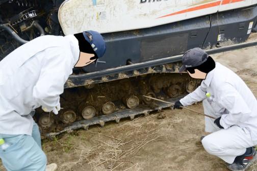 足回りはこんな状態。裏側までワラの混じって固くなった泥が詰まっています。