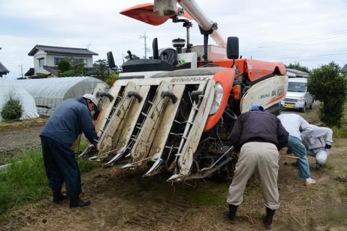 泥やあちこちに引っかかった稲ワラをかきだします。