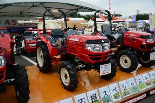 三菱マヒンドラ農機トラクタGJ24JQ5VBは、エンジン形式N843-D-1601、1496cc水冷4サイクル3気筒ディーゼル24馬力/2600rpm