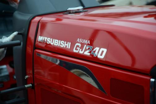 三菱マヒンドラ農機トラクタGJ24JQ5VB。ロゴは金ぴか・・・というより銀ピカか。30馬力以下は銀メダルなのかな?