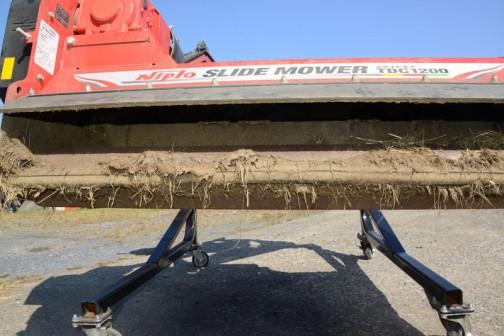 内側は刈った草と泥が2年分こびりついて手前のローラなどは回転しない状態になっています。