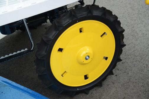 一方、同じヤンマー田植機でもガソリンのJタイプのほうのホイールはこう。同じ黄色だけど、若干違います。