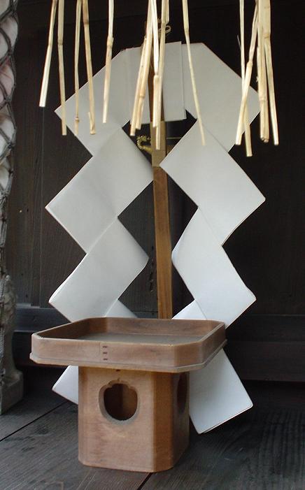 御幣(ごへい)とは、神道の祭祀で用いられる幣帛の一種で、2本の紙垂を竹または木の幣串に挟んだものである。幣束(へいそく)、幣(ぬさ)ともいう。・・・かなり「ごしんきり」に似てませんか?