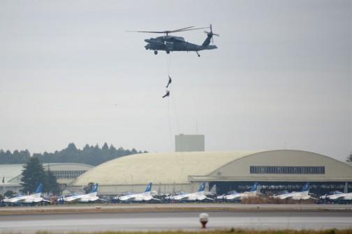 お次はヘリコプターが飛んできました。さっき落とした荷物のあたりに人が2人降りてきます。
