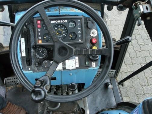 運転席。色も形もアイヒャーだけど、DROMSONの文字が見えます。そう、アイヒャーは一方はインドに。もう一方の一部はブドウ畑用トラクターを作るためにDROMSONトラクターになったのでした。