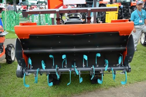 クボタNB19は取説を調べてみるとNB19とNB19Fがあって、F仕様は油圧無段変速機付き。水冷4サイクル3気筒立形ディーゼル(E-TVCS)D1005、 1001cc 19.0馬力 / 2600rpmです。無段変速のないノーマルタイプは前進9段後進9段。