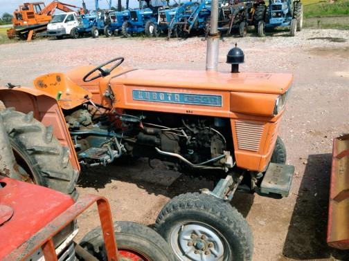 クボタL240(初めはL24Dと書いてあるのかと思っちゃいました)農研機構のデータベースにもなく年式は定かではありません。燃料ポンプから2気筒であることはわかります。型式で「24馬力なのかな?」という想像はできそうです。
