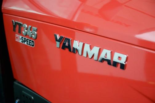 商品説明を写していなかったので、YT3シリーズ YT345,YUQHKS9AのスペックをWEBで探して転載しておきます。価格¥6,814,800 ハイスピード仕様、ホイル仕様、無段変速、キャビン  全長3370mm 全幅1485mm 全高2300mm 本機重量1900kg エンジン水冷4サイクル4気筒直噴エコディーゼル 馬力/排気量45ps/2189cc 油圧揚力1700kgf 前タイヤサイズ8-18 後タイヤサイズ13.6-26H 大型特殊免許要