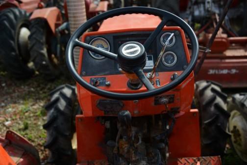 日の本E324です。農研機構の登録サイトには1979年にE394というのが登録されているので大体年式は1979〜と考えて良いのではないでしょうか。その依頼者は株式会社 日立建機ティエラとなっています。tractordata.comによると1979年 - 1982年で東洋社3気筒1.5L.32.馬力ディーゼルエンジンを搭載していたとあります。